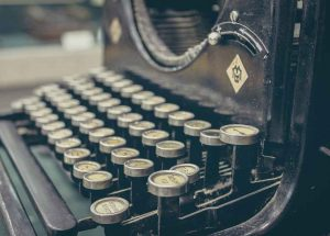 alte Schreibmaschine; Foto: Sergey Zolkin (unsplash)