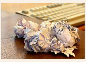 Schreibblockade - zerknülltes Papier; Foto: birgitH (pixelio)