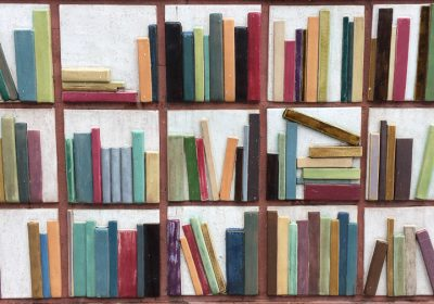 Bücherkeramik vor der Bibliothek von Denver CO; Foto: Bettina Schnerr