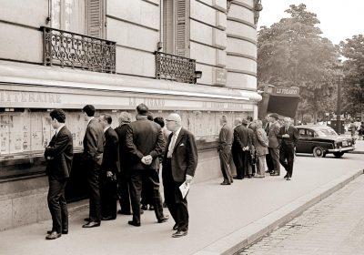 Paris 1966: Passanten lesen den Aushang des Figaro. Foto: Chival (aboutpixel)