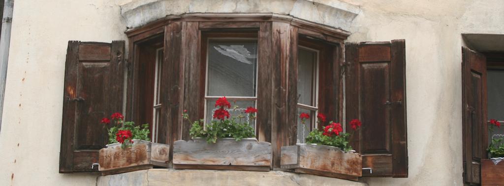 Fensterdetail in Guarda; Foto: Bettina Schnerr