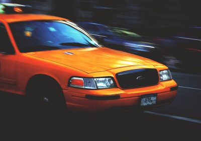 Taxi in Fahrt; Foto: Jesse Bowser (unsplash)