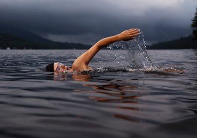 """Header zum Artikel """"No risk, no fun""""; Motiv: Schwimmerin im See; Foto: Todd Quackenbush / unsplash"""