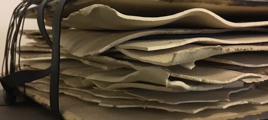 Sibylle Schindler: Gebündelt. Skultpur aus Stahl und Steingut; Foto: Bettina Schnerr