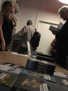 """Buchvernissage von Monika Mansour zu """"Businessplan: Mord"""". Büchertisch. Foto: Bettina Schnerr"""