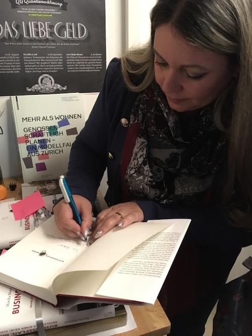 """Buchvernissage von Monika Mansour zu """"Businessplan: Mord"""". Monika Mansour signiert im Anschluss für ihre Leser. Foto: Bettina Schnerr"""