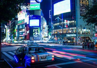 Shibuya bei Nacht; Foto: Alex Knight / unsplash