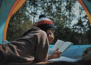 Titelbild für das vierte Lesesofa: Lesende Person in einem Zelt. Foto: Le Tan, unsplash