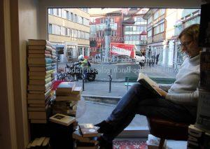 Lesen im Schaufenster beim Bücherladen Appenzell; Foto: Melina Cajochen