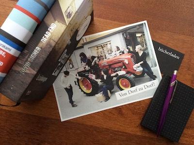 Meine Käufe aus dem Bücherladen Appenzell und die schöne Werbung mit dem alten roten Bucher-Traktor; Foto: Bettina Schnerr