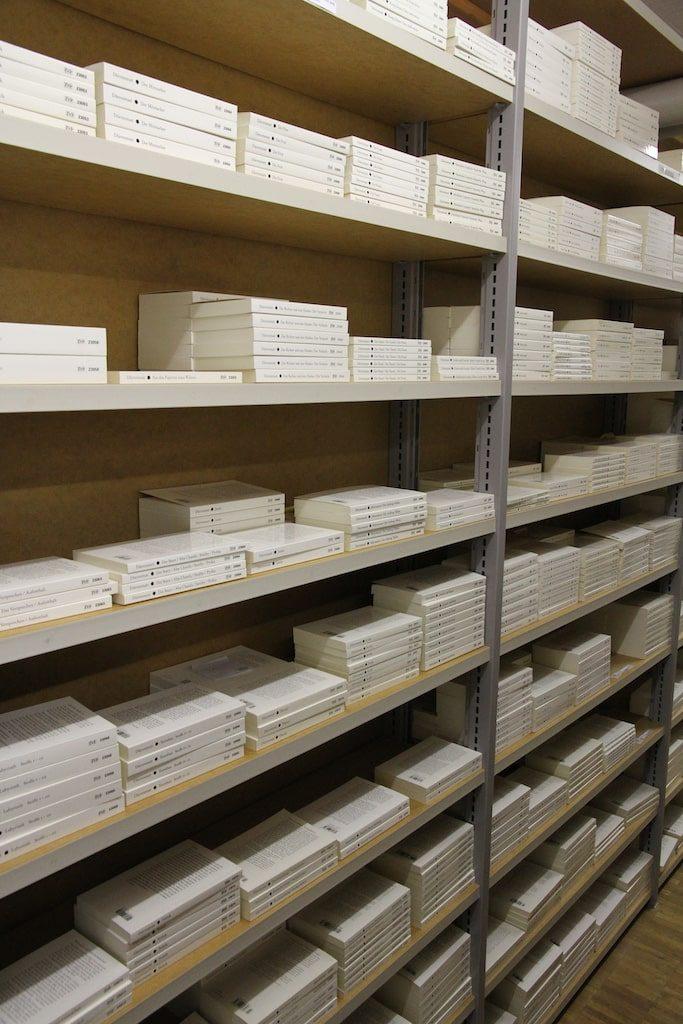 Diogenes Verlag / Keller: Natürlich stehen auch zahlreiche Bücherregale hier.