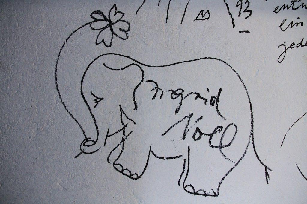 Diogenes Verlag / Keller: Signatur von Ingrid Noll, ein Elefant mit einem vierblättrigen Kleeblatt im Rüssel