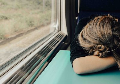 Schlafende Frau im Zug; Foto: Abbie Bernet / unsplash