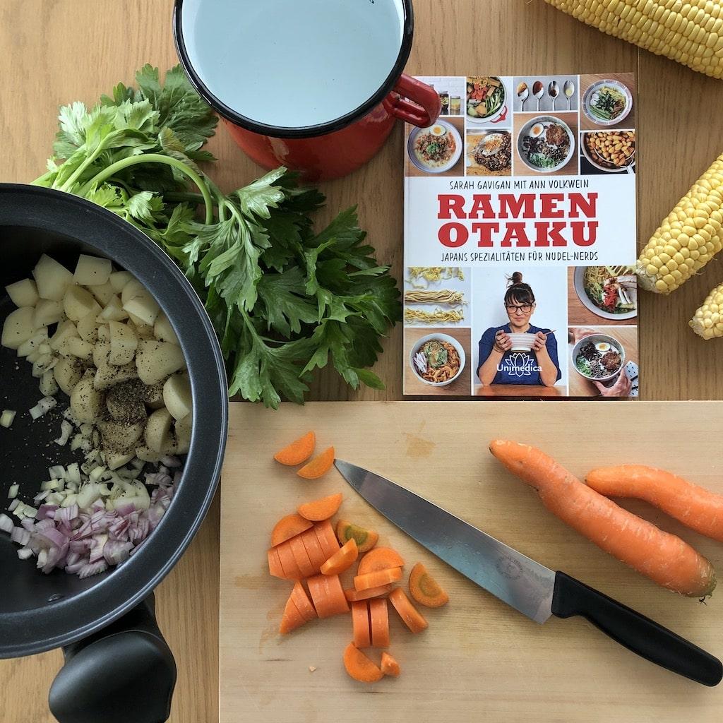 """Titelbild für """"Ramen Otaku"""" von Sarah Gavigan: Zutaten und Zubereitung der Brühe"""