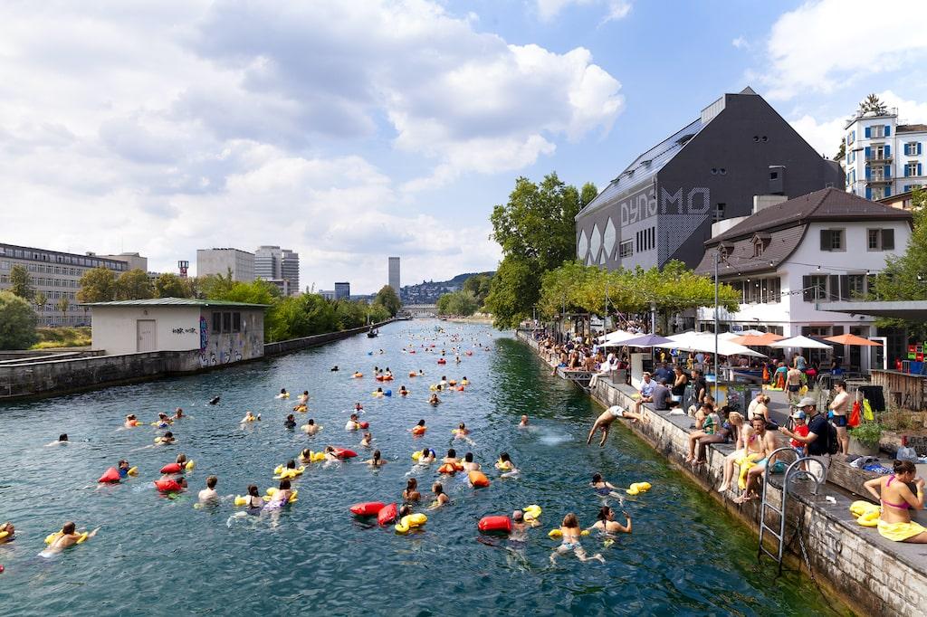 """Foto aus """"Swim City"""", das Buch zur gleichnamigen Ausstellung von 2019. Foto: S AM Schweizerisches Architekturmuseum"""