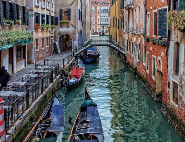 Kleiner Kanal in Venedig. Titelfoto zur Buchvorstellung: Petra Reski - Als ich einmal in den Canal Grande fiel. Foto: Ricardo Gomez Angel, unsplash